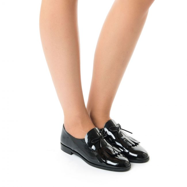 Black patent Oxford shoes with fringe