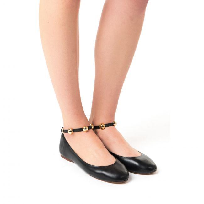 Ballerine nere scollate con cinturino con perle oro alla caviglia